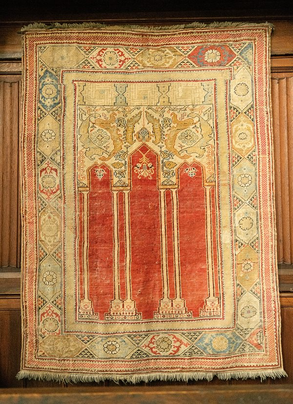 This coupled-column rug dates from the second half of the 17th century and hangs in the choir of the Black Church.